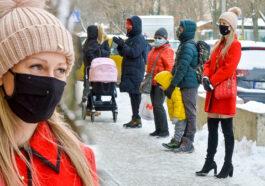 Magdalena Ogórek grzecznie stoi w kolejce po pączki. Widać, że Pani z telewizji (ZDJĘCIA)