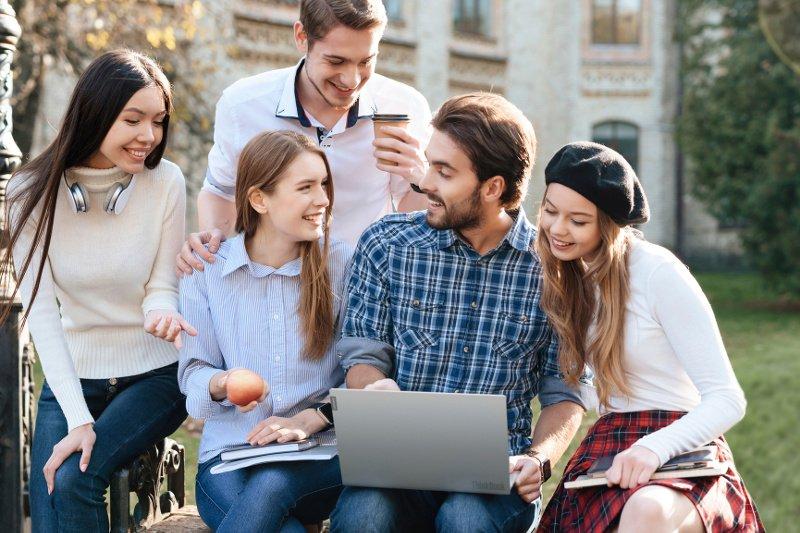 Szukasz idealnego laptopa do nauki zdalnej? Na te rzeczy warto zwrócić uwagę przy wyborze sprzętu